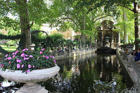 to the east of the garden is the lovely medici fountain built in the style of a grotto which was a popular style at the time - Le Jardin Du Luxembourg